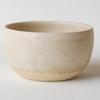 やわらかい雰囲気のする、素材感ある土で作られた小鉢。
