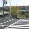 橋のたもとの横断歩道