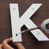 アルミ複合板切文字を浮かせて取り付ける方法