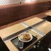 アクリル板で隔てられたテーブル