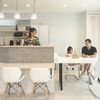 白と黒のモノトーンを基調に、タイルや照明を厳選したデザイン住宅