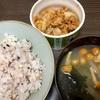 ツナと玉ねぎの食べるラー油炒めとなめこの味噌汁の作り方