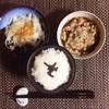 とろろごはん、玉ねぎサラダ、沖縄県産もずくと小粒納豆。