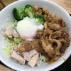 RIZAP牛サラダについていたドレッシングが丼の向こう側に隠れているのに気付かずマヨネーズを追加注文してしまいました。>_< (@ 吉野家 - @yoshinoyagyudon in 豊島区, 東京都)