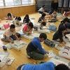 4年生:図工 にこにこホールで自画像を描く