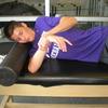 肩関節後部の柔軟性エクササイズ(水平内転{クロスアームストレッチ}などは、肩甲骨を安定させずに行なうと、肩甲胸郭関節が代償運動を行ない、本来の効果が得られないおそれがある)