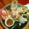 ビジュアルキングな海鮮丼は、ネタ1つ1つの個性が強すぎて、濃いい。三宮で出会った「これでもか」な丼、一寸法師。