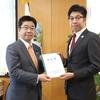 加藤勝信内閣府特命担当大臣に要望書を手交しました