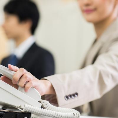 「電話だと緊張してしまう…」電話のストレスを軽減させるためのテクニックとは?