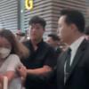 X1 韓国から出国するメンバーたちの周りがカオス...メンバーがメンバーを守る状況に【動画】