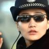 中国の警察官が、駅で犯罪データベース・顔認証付サングラスをかけ捜査