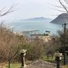 香川県 佐柳島(ねこ島)他の観光情報:400段以上の階段道「大天神社」、大量の落ち葉道「奥ノ院」、石コロ沢山の海岸