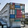 大垣市墨俣にある大垣桜高校のモンドリアン風の校舎。