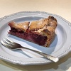 南青山『buik』のスイーツ。キャロットケーキ&サワーチェリーとイチゴのパイ。