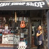 ギター弾けないのに世界一周中にギター買うの?笑