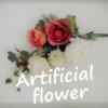 部屋に花を飾りたい〜花模様の掛時計と束ねただけの造花アレンジ