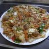 幸運な病のレシピ( 1668 )昼:焼きうどん(200gで4人前、キムチ味餃子の餡バーグ、鶏唐揚、山盛りキャベツ&野菜にキノコ)