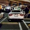 大黒PAで酷すぎる駐車のマセラティが隣に入ってきたR34を蹴飛ばす!警察「停め方が悪い」
