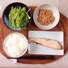 焼き鮭、水菜サラダ、小粒納豆。