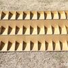 工場の部品の整理用に作ったダンボールのひな壇。