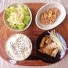 たらの煮物、レタスサラダ、小粒納豆。