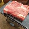 セリア製のミニ鉄板【さっそく肉を焼いてみる。五徳はSOTOのミニ焚き火台】
