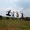 シェンクワン結婚式旅行(後編)ジャール平原でジャンプ写真 - ノーンヘット郡での結婚式