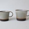 黒い土と白い釉薬のコントラストが印象的なカップ。