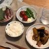 ごはん、ナスと鶏肉の炒め物、カツオ、アスパラとミニトマト