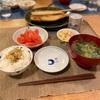 ごはん、サバの塩焼き、トマトとマカロニサラダ、ほうれん草とニラとネギのスープ