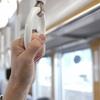 帰宅時の電車の車窓にうっすら反射して映る隣の人をガン見すると言う名の賭け
