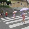 登校の風景:傘はたたんで