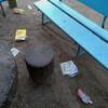 散歩:西公園にゴミ。砂場のネットははぐれたまま