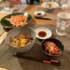 牛丼、せんぎり野菜のサラダ、サーモン