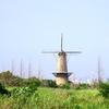 草原にそびえるバブル期のオランダ風車。みなと堺グリーンひろば【大阪府堺市西区】