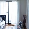 部屋のカーテンを白にしたら開放的になって癒やされた