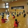 1年生:体育館で送る会の踊りの全体練習