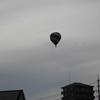 東方の空に「UFO」?、いや違った。「熱気球」だ!
