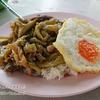 ラマ4世通りにある安くておいしい行列のできる屋台のバンコク丼