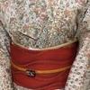 【着物コーディネート帖】更紗模様の紬着物によろけ縞の帯を合わせてみる。