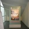 グレーのコートとボストン美術館