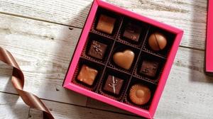 「パキッと割る」は英語で?バレンタインに見たい、英語学習におすすめのチョコレート動画