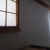 朝の自然光で目覚める障子の寝室