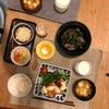 ごはん、買ってきた南蛮どり、ちぢみほうれん草のソテーとミニトマト、レバーとピーマンの佃煮、豆腐とネギの味噌汁