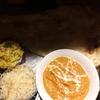 薄暗い店の、インドカレー。レタスとピーナッツのサラダというかマリネ。