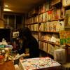 新宿ゴールデン街の図書室で読書に