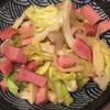 火曜:兼業主夫の春キャベツ、キノコ、玉ねぎベーコンのカレー風味炒めと茹でブロッコリー