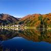 長野県大町市「中綱湖」の水鏡に映る紅葉の絶景2017