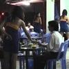 ベトナムのビアホイにいるボディコンギャル