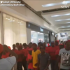 南アフリカで、H&Mの人種差別的なカタログに抗議デモ